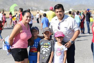 Familias acudieron a disfrutar del evento en el Aeropuerto J. Agustín Castro de Lerdo.