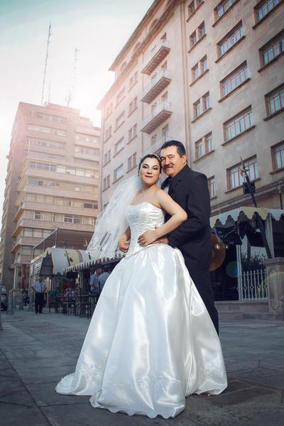 09072017 Arlette Rivas Macías y Francisco Javier Rodríguez Meza contrajeron matrimonio la noche del pasado viernes 7 de julio en el bello Jardín Versalles de esta ciudad.