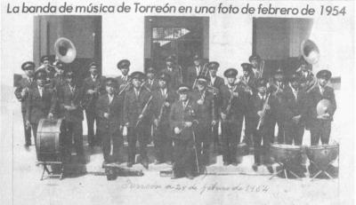 09072017 100 años está¡ cumpliendo La Banda Municipal, habiendo sido su Director, Juan C. Illescas, abuelo de Marco Antonio Contreras Illescas, de 1919 al 1956. La fotografía fue tomada en las afueras de la antigua Presidencia Municipal.