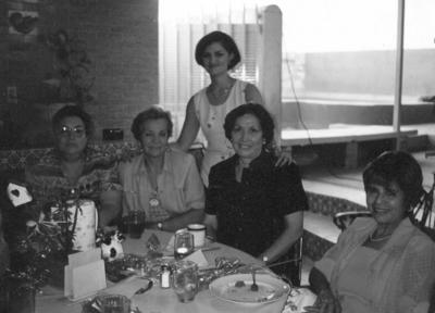 09072017 Carmen de Miller (f), Olivia de S., Sra. Gurza, Rosita, Esperanza y Bertha en una alberca ubicada en Torreón Jardín, en 1960.