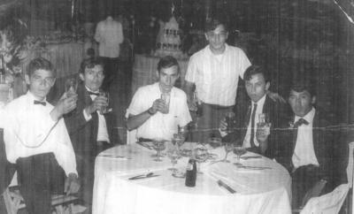 09072017 Grupo de amigos brindando en una reunión hace varios Años.
