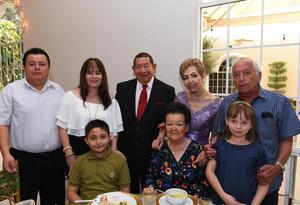 09072017 Los festejados acompañados de sus familiares: Manuel y Socorro Rincón, Pedro, Marcela e hijos.