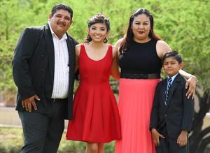 09072017 CUMPLE XV AñOS.  Natalie Soto Chairez consus papás, Sergio Soto Aguirre e Hilda Haydeé Chairez Hernandez, y su hermanito, Santiago Soto Chairez.