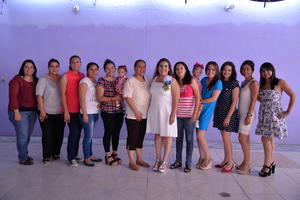 08072017 A UNOS PASOS DEL ALTAR.  Marcela Argentina Alvarado con sus amigas y familiares en  su despedida de soltera.