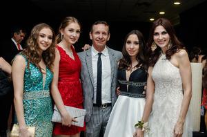 10072017 EN GRADUACIóN.  Ivanna, Aitana, Beto, Luciana y Sonia Arriaga.