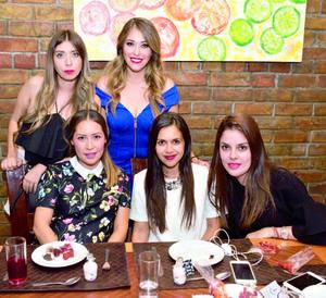 08072017 POR CASARSE.  Paola Núñez acompañada de su hermana, Fernanda, y algunas de sus amigas en su fiesta de despedida.