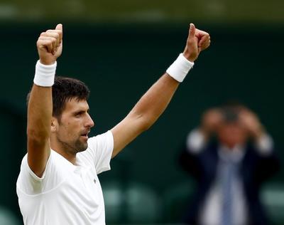 El tenista serbio Novak Djokovic se colocó por novena vez en los cuartos de final de Wimbledon.