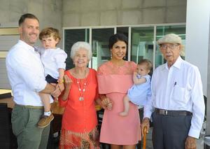 12072017 EN FAMILIA.  Emma con sus papás, Luke Middleton y Paola Casale de Middleton, su hermanito, Jack Middleton Casale, y sus bisabuelos, Alicia Guerra de Casale y Miguel Casale.
