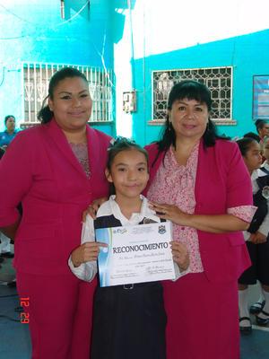 12072017 Bibiana Beatriz recibe su reconocimiento.