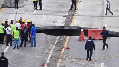 Personal de Protección Civil de Morelos realiza labores de extracción del vehículo que cayó a un socavón en el kilómetro 93 del Paso Express, en la autopista Cuernavaca-México.