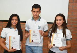 13072017 RECONOCEN SU ESFUERZO.  Daniela, Gerardo e Isabel.