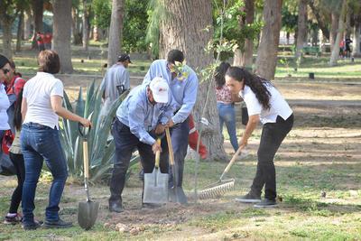 Ciudadanos ayudan en la tarea y piden a las autoridades municipales que no les falte el riego.