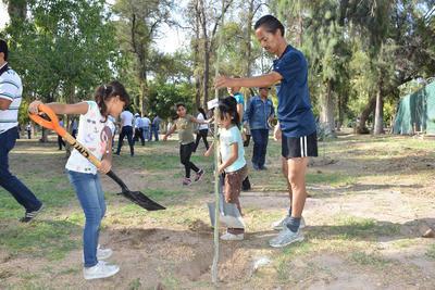 Corredores y paseantes del Bosque Venustiano Carranza acudieron al evento y junto con niños, apoyaron en la plantación de los nuevos árboles y el riego.
