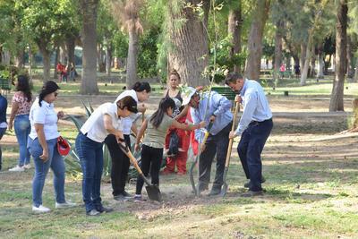 Chicos y grandes participaron en la campaña de reforestación.