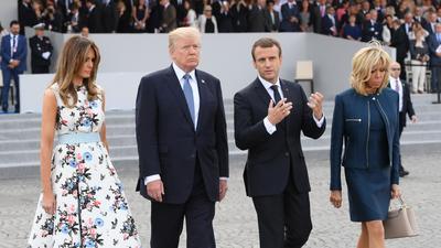 Al finalizar el desfile, Trump y Macron platicaron brevemente y mostraron gestos de complicidad y de buena relación, junto a las dos primeras damas de ambos países.