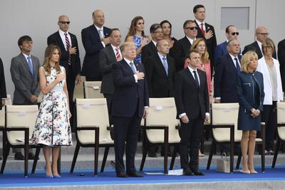 Durante dos horas, Trump estuvo sentado al lado de su anfitrión, el presidente francés Emmanuel Macron, quien lo invitó a presidir juntos la parada militar de la Avenida de los Campos Elíseos, con la que Francia celebra el 14 de julio, su día nacional.