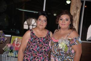 15072017 Laura Alicia acompañada de su mamá, anfitriona de la recepción.
