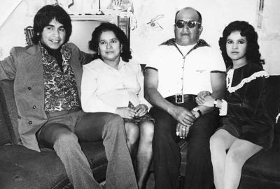 16072017 Jaime Montoya G. con su mamá, Antonia, su papá, Esteban, y su hermana, Tanny Montoya Gómez, el 31 de diciembre de 1973.