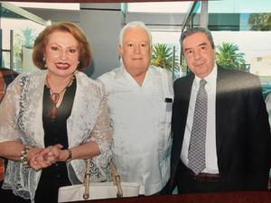 17072017 EN RECIENTE EVENTO.  Jesús Sotomayor acompañado de Lupita y Humberto Roque.