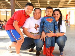 17072017 SúPER FAMILIA.  Patricio con sus papás, Óscar y Paty, y su hermano, Óscar Emiliano.
