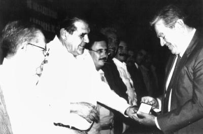 16072017 José Antonio Haro Martín recibiendo la medalla presidencial al Mérito ganadero en el 2001.