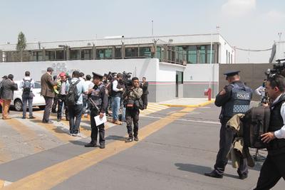En el hangar los esperaban autoridades y medios de comunicación.