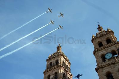 Un escuadrón de la Fuerza Aérea, acaparó las miradas cuando los siete pilotos cruzaron el cielo con la imponente Plaza de Armas y la Catedral Basílica Menor como escenario.