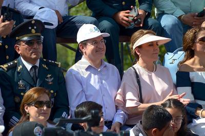 El desfile contó con la presencia del gobernador, José Rosas Aispuro Torres, su esposa, Elvira Barrantes, presidenta del DIF Estatal y el comandante de la Décima Zona Militar, Homero Mendoza.