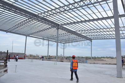 El director de Obras Públicas señala que se construyen dos edificios de tres niveles, habrá áreas de restaurantes, salas de conferencias, lobby, estacionamiento para 500 vehículos, plantas de luz y en suma, son 20 mil metros cuadrados de áreas para eventos y servicios.