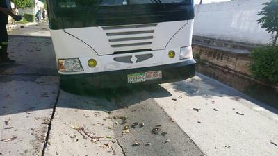 Autoridades de las diversas corporaciones de seguridad y rescate del municipio acudieron al lugar donde encontraron un autobús blanco de SEUAC con la llanta delantera derecha hundida en el colector colapsado.