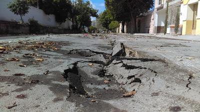 Siete cuadras de la calle Ortiz de Zárate presentaron hundimientos a lo largo de mas de 600 metros por un metro de ancho encima de un colector.