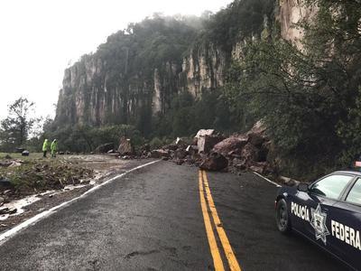 Por otro lado, este mismo miércoles la supercarretera Durango-Mazatlán también presentó un deslave a la altura del kilómetro 39, el cual ya fue retirado.