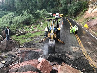 Elementos de la Unidad Estatal de Protección Civil se trasladaron para atender la emergencia y realizar las maniobras para el retiro de las rocas que obstruyeron la circulación.