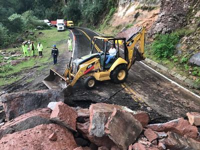 Tras las lluvias registradas la tarde de este miércoles se presentó un derrumbe en la carretera libre Durango-Mazatlán.