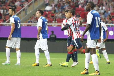 Apenas en el arranque del duelo en Guadalajara, Benjamín Galindo perdió un balón en el área rescatado por Aboubakar, quien hizo un disparo cruzado de pierna derecha para dar ventaja a los visitantes.