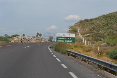 La vialidad permanecerá cerrada a la circulación en el carril de Lerdo a León Guzmán, hasta que concluyan los trabajos de reparación.