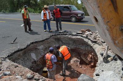 Automovilistas reportaron al Sistema Estatal de Emergencias 911, un hueco sobre la carretera a León Guzmán, aproximadamente 100 metros después de la entrada del Parque Raymundo.