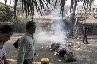 Los bloqueos de vías por manifestantes se desplegaron principalmente en el este de Caracas.