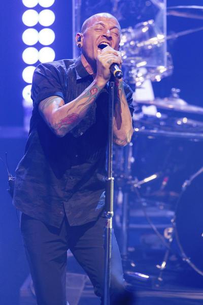 Chester tenía una relación muy cercana con Chris Cornell, el cantante de la banda Soundgarden y Audioslave, que también apareció ahorcado en otro presunto suicidio el pasado mes de mayo.