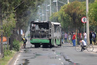 """Los vehículos fueron incendiados para evitar que los elementos federales llegaran a donde perseguían a """"El Ojos""""."""