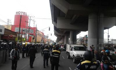 La Secretaría de Seguridad Pública de la Ciudad de México informó además que cinco vehículos pesados que fueron quemados y 25 mototaxis que bloqueaban las avenidas fueron llevados al corralón.