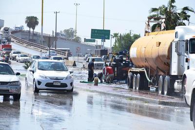 Inundaciones por lluvias causan caos vial en Torreón