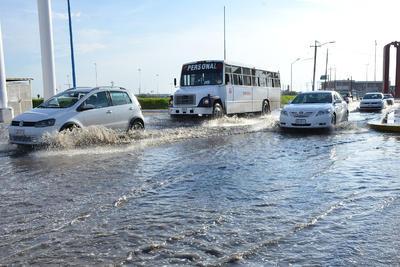 Inundaciones y encharcamientos complicaron la circulación.