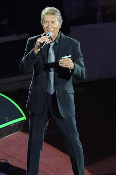 Después de tanto, Celos, Leña verde, Hijo mío, Quién eres tú, Pajarillo y Acéptame como soy complementaron el set list del cantante.