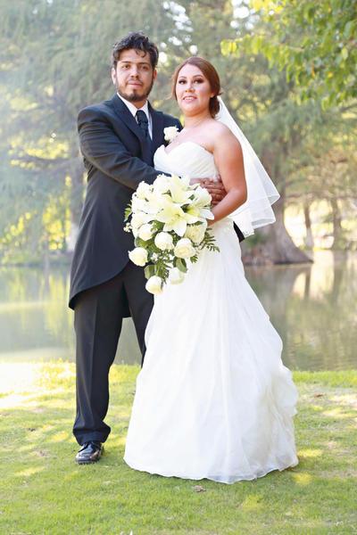 23072017 Juan José Esparza Hernández y Ana Yvonne Rodríguez Trujillo fueron declarados marido y mujer en la Capilla de Nuestra Señora de Guadalupe la tarde del 17 de julio.
