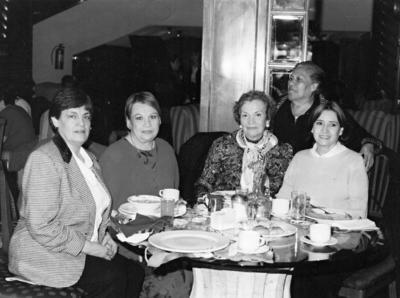 23072017 Magda Méndez, Marisa Gilio (f), Olivia de la Fuente de S., Rosita de Pérez y Lucía de B. en el Casino Torreón en 1960.
