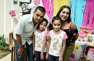 24072017 Paola y Fabiola acompañadas de sus papás, Fabián Arriaga y Fátima Hernández.