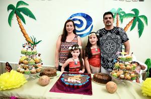 24072017 Emmely y Zayra junto a sus papás, Laura Marín y Octavio Martínez.