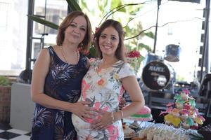 24072017 BABY SHOWER.  Dora González acompañada de su madre, Dora, en su fiesta de canastilla.