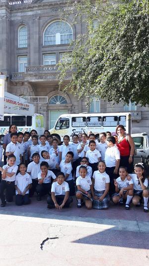 29072017 POSAN PARA LA FOTO.  Alumnos del Colegio Cervantes de visita en el Centro de Torreón.